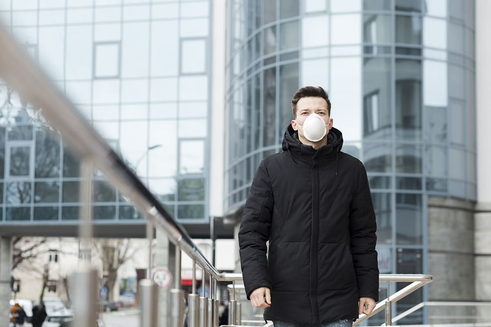 Homme avec un masque